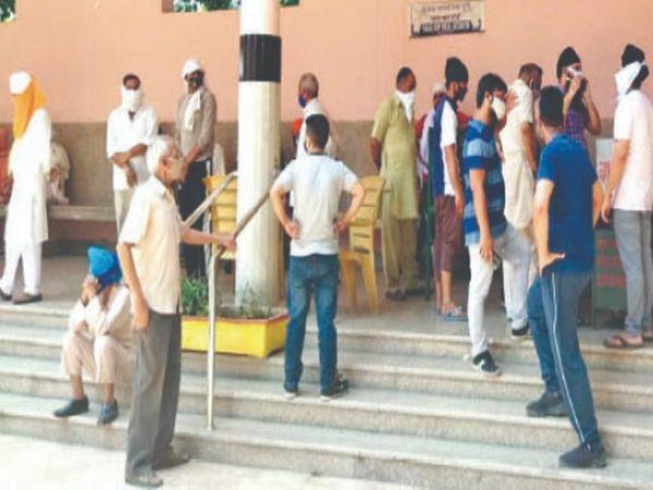 शिवपुरी में मृतकों की एंट्री करवाने के लिए खड़े लोग। - Dainik Bhaskar