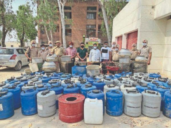 पिछले दो महीनों में अवैध शराब माफिया के खिलाफ देहाती पुलिस की यह 7वीं बड़ी कार्रवाई है। - Dainik Bhaskar