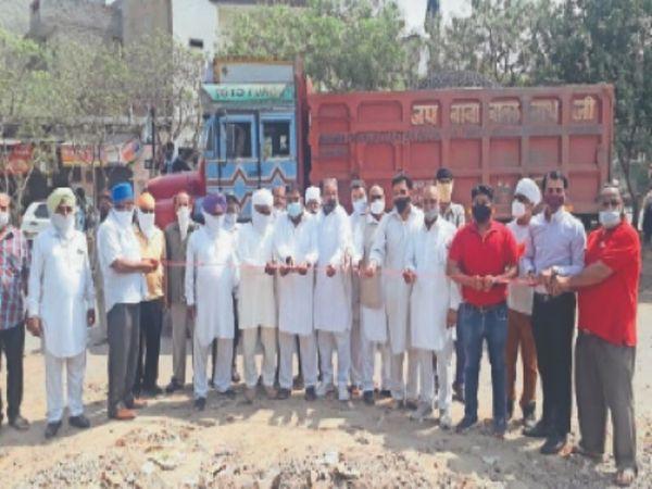 नार्थ हलके में प्रीत नगर-सोढल रोड पर स्टॉर्म वाटर सीवरेज के पाइप डालने का काम होने के बाद अब सड़क बनाने का काम शुरू हो गया है। - Dainik Bhaskar