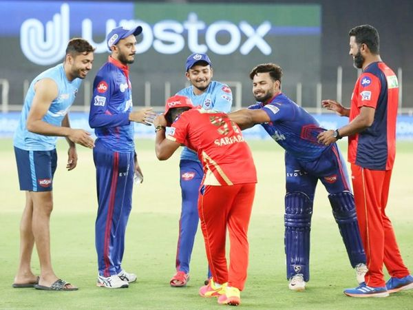 मैच जीतने के बाद दिल्ली के कप्तान ऋषभ पंत और ओपनर पृथ्वी शॉ पंजाब टीम के खिलाड़ियों से मस्ती कर दिखे।