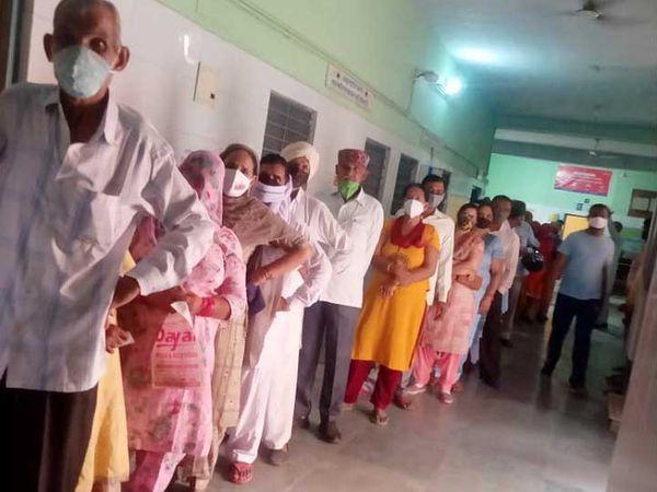 हनुमानगढ़ के पीलीबंगा में एक वैक्सीन सेंटर पर लगी कतार। - Dainik Bhaskar