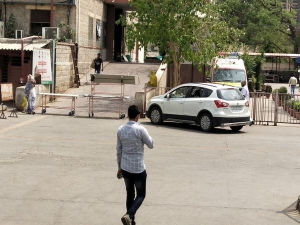 जयपुर में एसएमएस अस्पताल के इमरजेंसी ईकाई गेट पर कोरोना पॉजिटिव मरीजों के प्रवेश को रोकने के लिए ट्रॉलियां लगा दी गई है। - Dainik Bhaskar