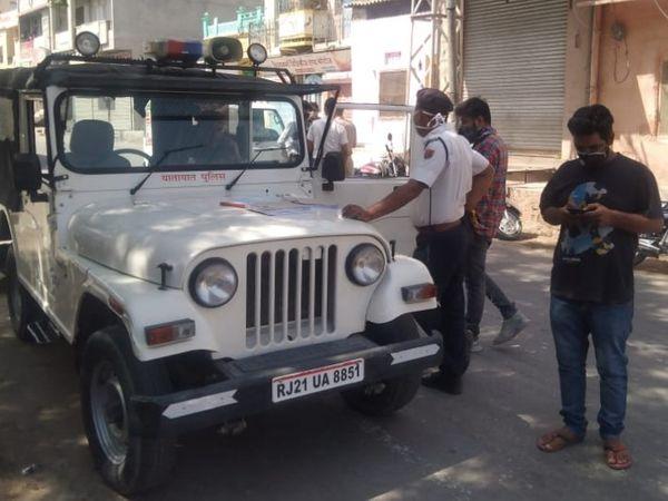 गाइडलाइन उल्लंघन पर चालान काटने की कार्रवाई करती पुलिस। - Dainik Bhaskar