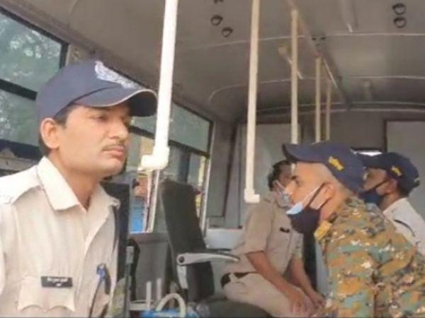 भाप लेते हुए पुलिस कर्मचारी। - Dainik Bhaskar