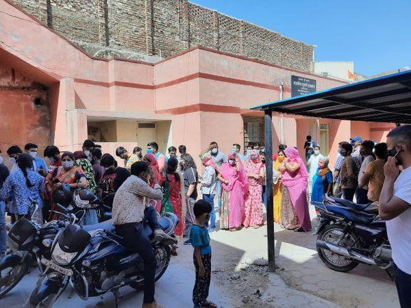 शहर के UPHC 5 डिस्पेंसरी में सोमवार को सुबह नौ बजे के बजाय दस बजे वैक्सीनेशन शुरू हो सका। तब तक यहां भीड़ जमा रही। - Dainik Bhaskar