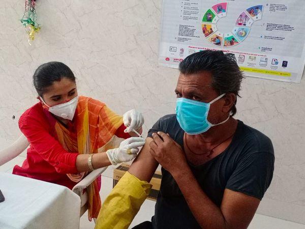 बाड़मेर राजकीय अस्पताल में 45+ लोगों को ही लगाई जा रही वैक्सीन। - Dainik Bhaskar