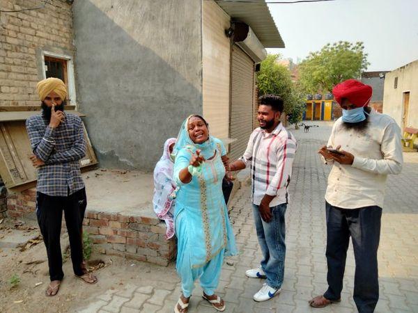 विलाप करती मृतक सतनाम सिंह की पत्नी गुरदीप कौर।