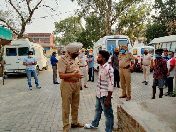 पुलिस अधिकारियों को मामले की जानकारी देता मृतक का बेटा गुरप्रीत सिंह।