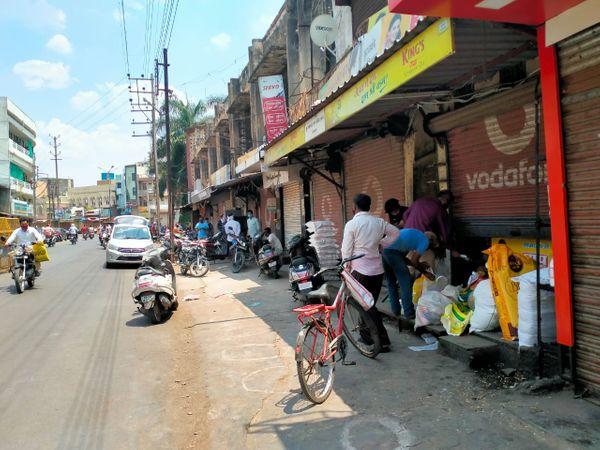 निगम कॉम्प्लेक्स में आधी शटर खोलकर दुकानदार सामान बेच रहे हैं। - Dainik Bhaskar