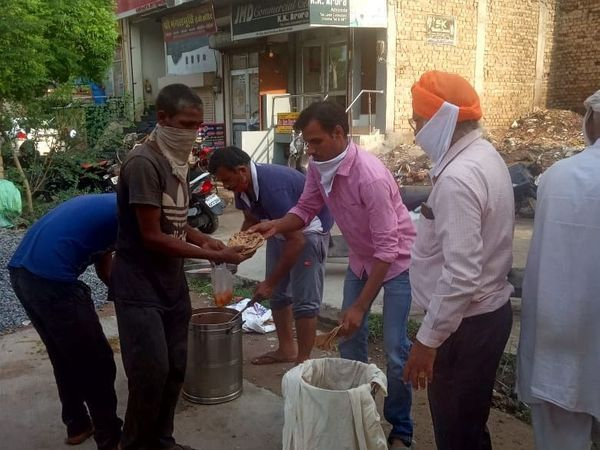 श्रीगंगागनर में  भोजन की सेवा करते सेवादार। - Dainik Bhaskar