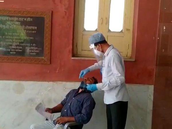 बाड़मेर शहर में कोरोना की जांच करता चिकित्साकर्मी। - Dainik Bhaskar