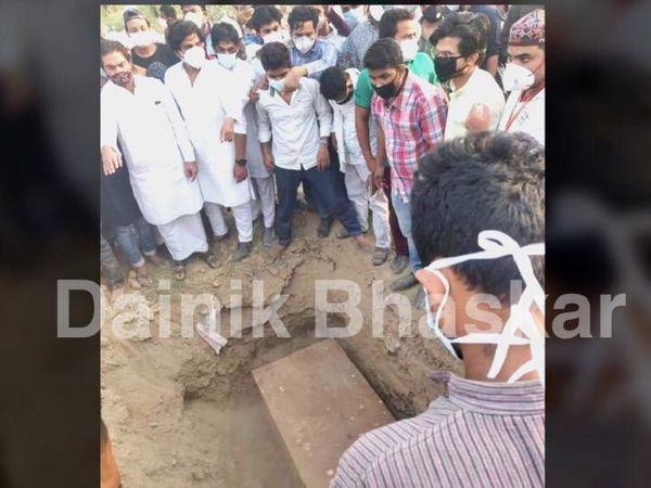 प्रशासन की निगरानी में शहाबुद्दीन के समर्थकों के बीच उन्हें दिल्ली स्थित ITO कब्रगाह में दफन किया गया। - Dainik Bhaskar