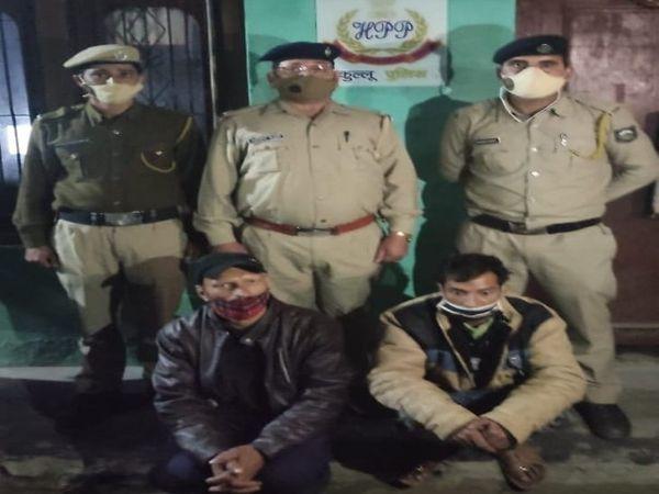 पुलिस गिरफ्त में बाइक चोरी करने वाले आरोपी। - Dainik Bhaskar