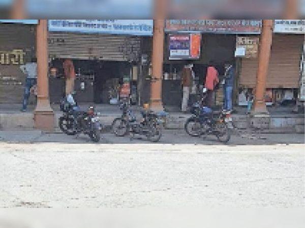 बस स्टैंड परिसर में आधी शटर खोल सामान बेच रहे। - Dainik Bhaskar