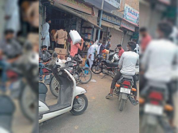 फाजिल्का के मेहरियां बाजार में एक किराना शॉप पर राशन लेने के लिए उमड़ी लोगों की भीड़। - Dainik Bhaskar