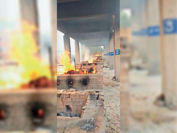 श्मशानघाट के कुंडों में जलते हुए शव। - Dainik Bhaskar