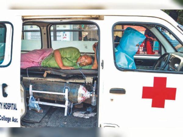 ऑक्सीजन सपोर्ट पर चल रही एक महिला मरीज काे कोरोना टेस्ट करवाने के लिए सोमवार दोपहर सिविल अस्पताल के सैंपलिंग सेंटर लाया गया। सेंटर के मुलाजिम ने महिला का एंबुलेंस में जाकर टेस्ट लिया, जिसके बाद महिला को वापस प्राइवेट अस्पताल ले जाया गया। एंबुलेंस चालक ने सरकार के आदेशों के मुताबिक पीपीई किट पहन रखी थी। - Dainik Bhaskar