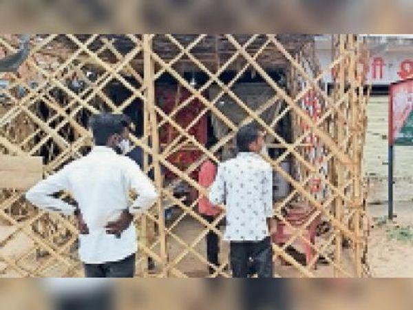 गोहद: भिंड रोड पर शराब दुकान के पीछे चोरी छुपे शराब खरीदते लोग । - Dainik Bhaskar