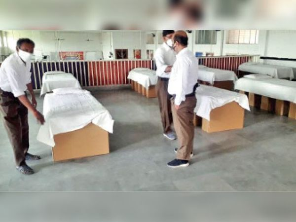 ईदगाह सिंधी पंचायत ने अपने कम्युनिटी हाॅल को भी मरीजों के परिजनों के लिए खोल दिया गया है। यहां आरएसएस द्वारा भोजन आदि की नि:शुल्क व्यवस्था की जा रही है। - Dainik Bhaskar