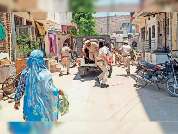 संक्रमण काबू करने के लिए अब कर्फ्यू की तरह संकरी गलियों में भी पुलिस लोगों को खदेड़ रही है। - Dainik Bhaskar