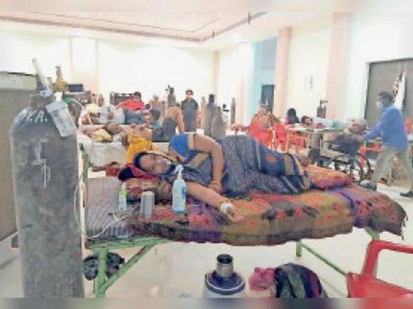 कोविड सेंटर पर चिकित्सा लाभ लेते लाेग। - Dainik Bhaskar