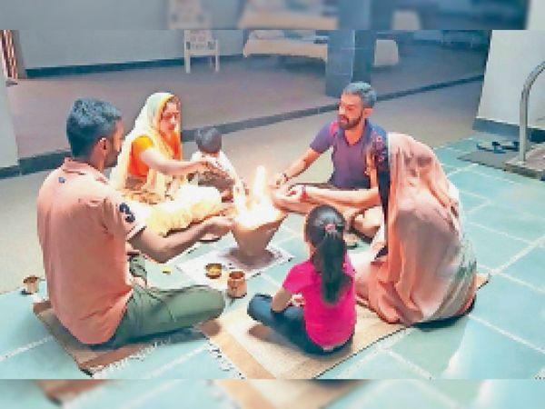 निंबाहेड़ा. यज्ञ में आहुतियां देते आर्य समाज से जुड़े लोग। - Dainik Bhaskar