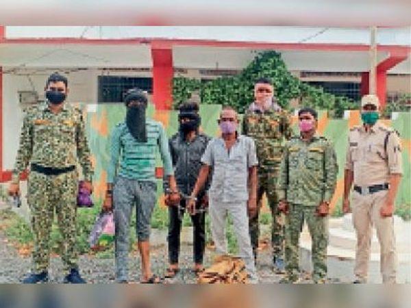पुलिस गिरफ्त में मवेशी तस्कर। - Dainik Bhaskar