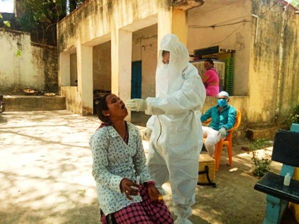 उदयपुर में कोरोना जांच करती हेल्थ वर्कर। - Dainik Bhaskar