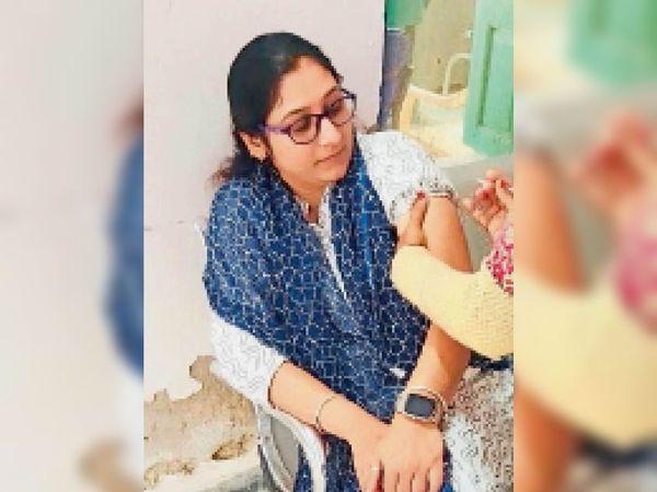 जैतारण. टीकाकरण केंद्र पर टीका लगवाती महिला। - Dainik Bhaskar