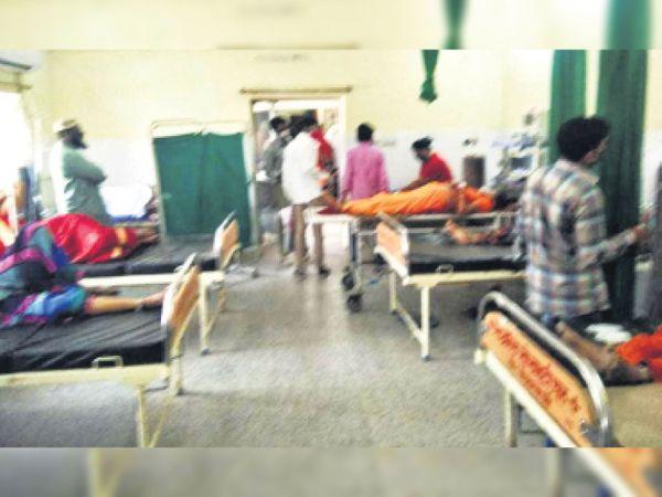 चूरू. यह डीबी अस्पताल का आपातकालीन कक्ष है, जहां पर छह बेड पर ऑक्सीजन की जरूरत वाले मरीज लेटे हुए हैं। इन मरीजों को सोमवार दोपहर तक बेड नहीं मिले। - Dainik Bhaskar