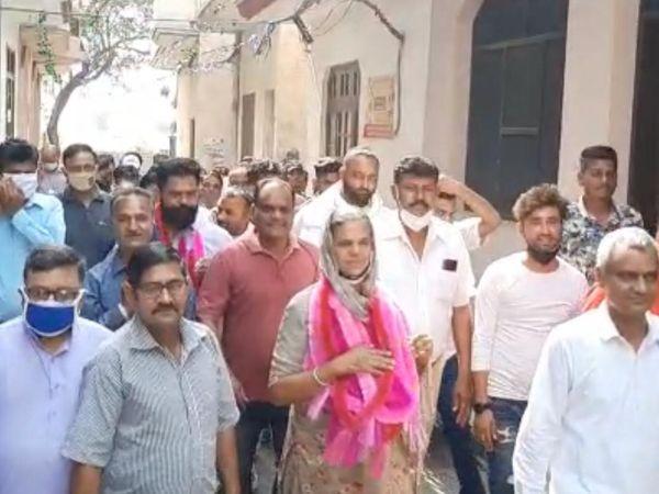 नगर कौंसिल प्रधान बनी हरदीप कौर जौहल के साथ समर्थक। - Dainik Bhaskar