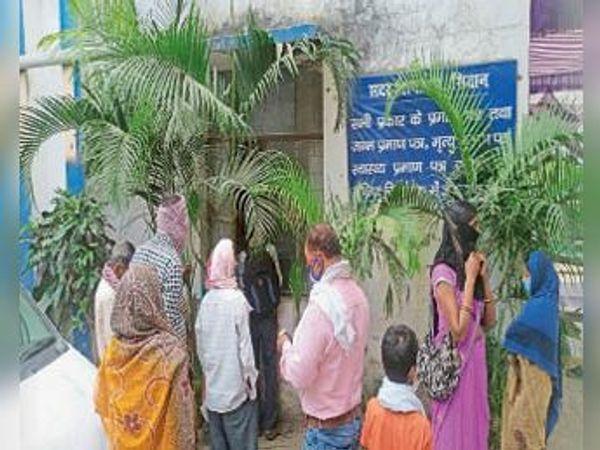 सदर अस्पताल के काउंटर पर सोशल डिस्टेंसिंग दरकिनार। - Dainik Bhaskar