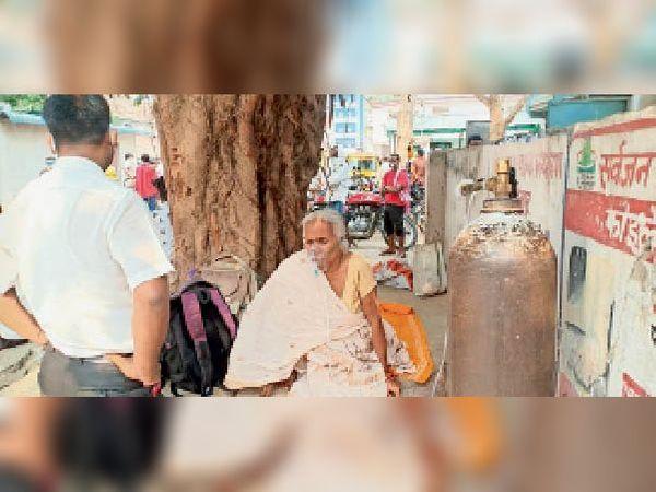 पेड़ बना कोरोना-योद्धा और टूटे हुए फ्लोमीटर से चढ़ाया गया ऑक्सीजन। - Dainik Bhaskar