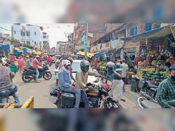 बाजार में उमड़े लोग - Dainik Bhaskar