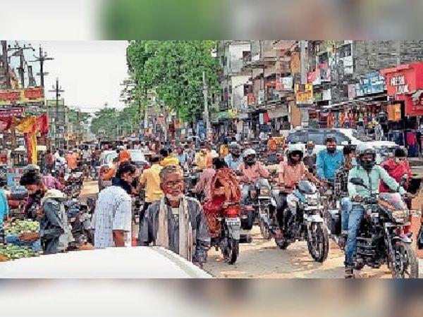 मंगलवार को लॉकडाउन की घोषणा के बाद शहर में खरीदारी के लिए उमड़ी लोगों की भीड़। - Dainik Bhaskar