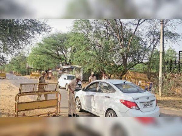 पचेरी, चैक पोस्ट पर वाहनचालकों से पूछताछ करते पुलिस के जवान। - Dainik Bhaskar