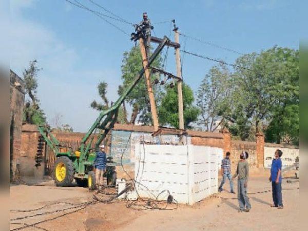 बगड़, बिजली ट्रासफार्मर व टूटे हुए खंबे बदलते कर्मचारी। - Dainik Bhaskar