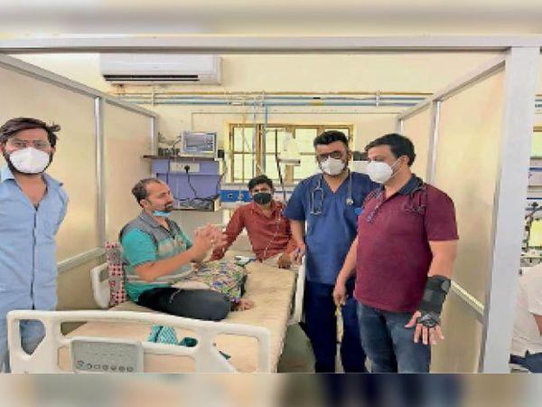 बाड़मेर, आईसीसीयू में मरीज को डिस्चार्ज करते डॉक्टर। - Dainik Bhaskar