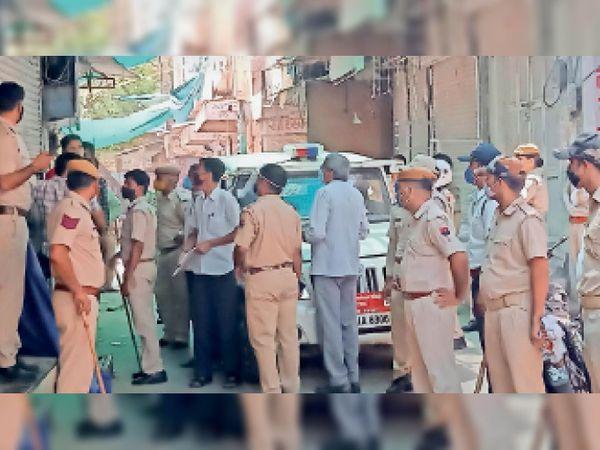 नागौर. शहर में खुली दुकानों पर चालान काटने की कार्रवाई करती पुलिस व अधिकारी। - Dainik Bhaskar