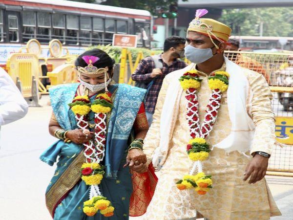 लॉकडाउन के बीच बांद्रा कोर्ट से शादी कर बाहर निकलता एक जोड़ा।