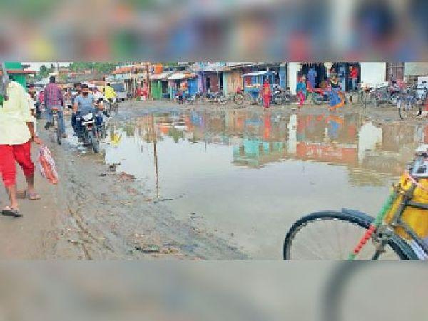 एनएच-106 पर जमा बारिश का पानी।