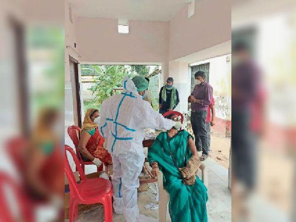 कुमारखंड सीएचसी में जांच करते स्वास्थ्यकर्मी। - Dainik Bhaskar