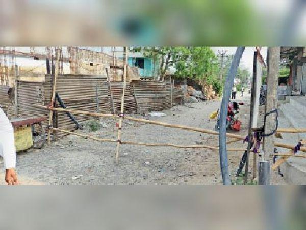 कोरोना संक्रमित मरीज मिलने के बाद जलालगढ़ में बनाया गया कंटेनमेंट जोन। - Dainik Bhaskar