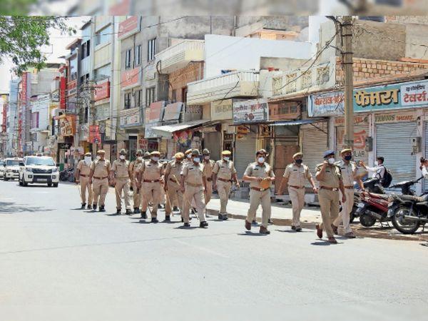 बाड़मेर, बाजार बंद होने के दौरान पुलिस ने निकाला फ्लैग मार्च। - Dainik Bhaskar