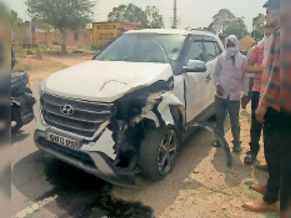 थोई. मौके पर खडी थानाधिकारी की क्षतिग्रस्त कार - Dainik Bhaskar