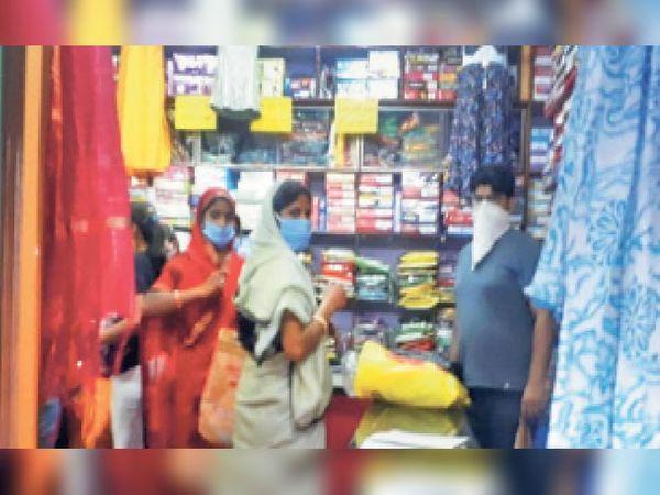 बयाना, टीम को दुकान के अंदर सामान खरीदते मिले ग्राहक। - Dainik Bhaskar