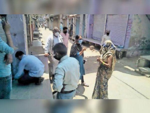 रुदावल, उच्चैन में दुकान को सील कर महिला को फटकारती नायब तहसीलदार। - Dainik Bhaskar