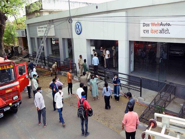 कार शोरूम में लगी आग - Dainik Bhaskar