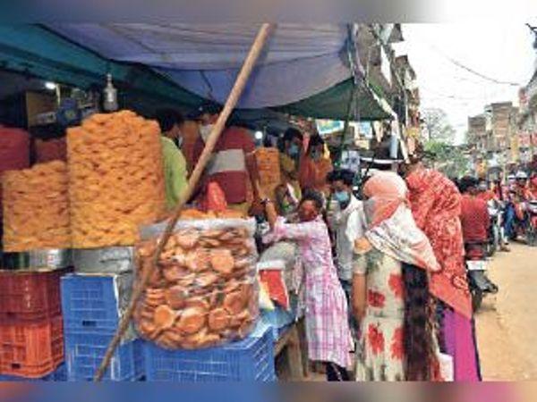 ईद को लेकर सेवई व ब्रेड की खरीददारी करती युवतियां। - Dainik Bhaskar