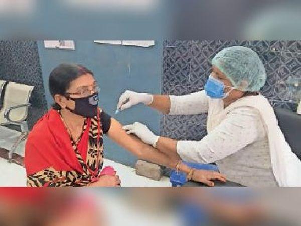 वैक्सीन लेती लाभार्थी। - Dainik Bhaskar